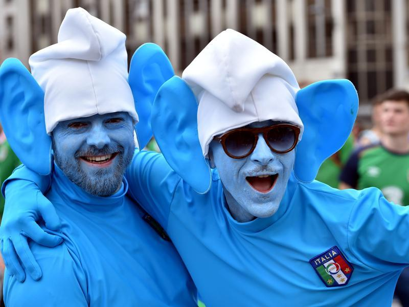 Two Italy's supporters dressed as smurfs cartoon character pose as they gather with other football fans in the streets of Lille on June 22, 2016, ahead of the Euro 2016 group E football match between Italy and Ireland. (AFP Photo)