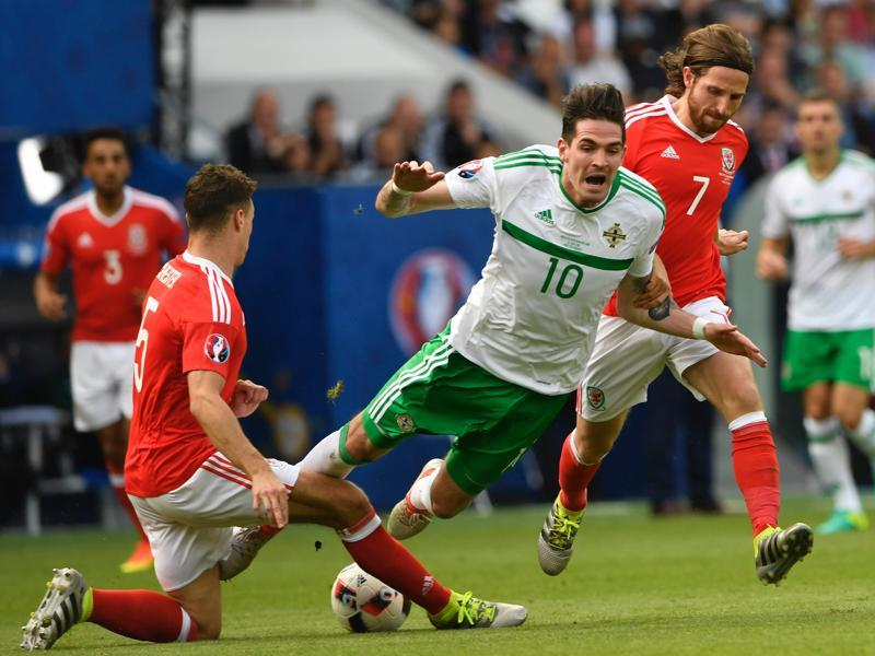 Wales' defender James Chester (L) tackles Northern Ireland's forward Kyle Lafferty (C). (AFP Photo)