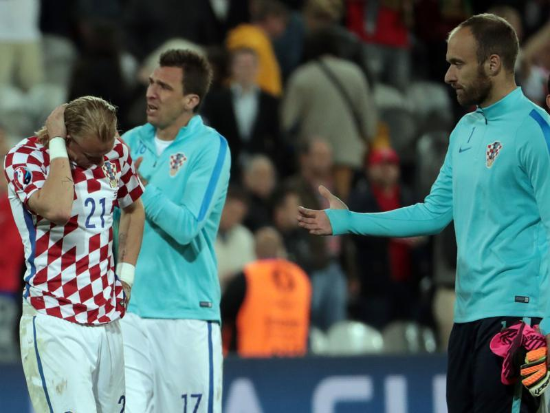 Croatia's goalkeeper Ivan Vargic (R) comforts defender Domagoj Vida after the loss. (AFP)