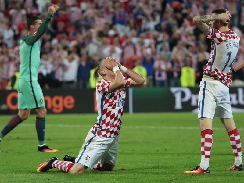 Croatia's midfielder Marcelo Brozovic (R) and Croatia's defender Domagoj Vida (C) after their team's loss. (AFP)