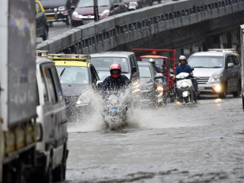 Vehicles wade through a waterlogged area at Parel leading to heavy traffic snarls in the central business hub on Friday.  (Vijayanand Gupta)
