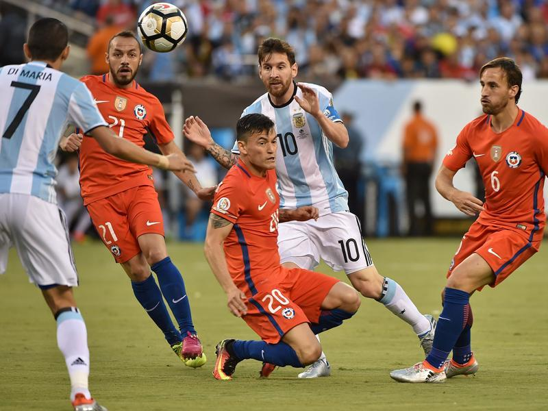 Argentina's Angel Di Maria (L) and Lionel Messi (C) vie for the ball with (L to R) Chile's Marcelo Diaz, Charles Aranguiz and Jose Fuenzalida. (AFP)