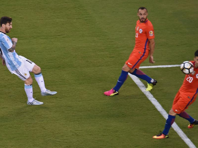 Lionel Messi (L) strikes the ball to hit Chile's Charles Aranguiz on the face. (AFP)