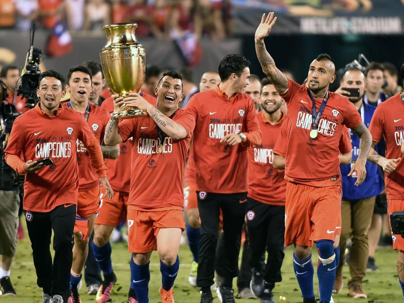 Chile's Gary Medel holds the Copa America Centenario trophy as the players take a victory lap. (AFP)