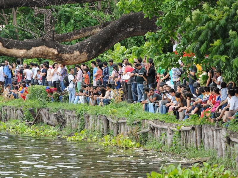 Audience gathered in large numbers to witness the Dragon Boat Festival at Rabindra Sarobar in Kolkata on Sunday. (Subhankar Chakraborty/ HT Photo)