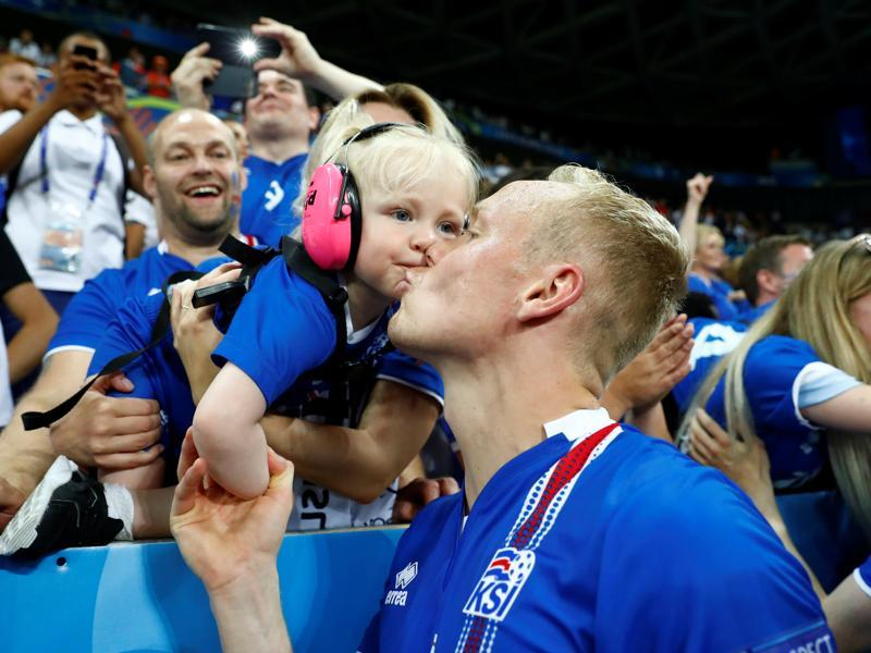 Iceland's Kolbeinn Sigthorsson and a young fan celebrate after the game. (REUTERS  PHOTO)