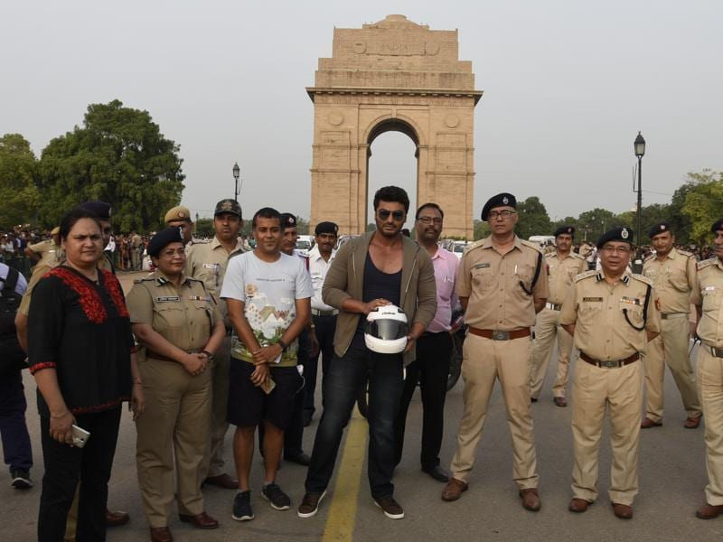 Arjun Kapoor, writer Chetan Bhagat with Delhi Police Traffic Official seen during the Road Safety Awareness Campaign at India Gate in New Delhi.  (Photo by Sonu Mehta/ Hindustan Times)