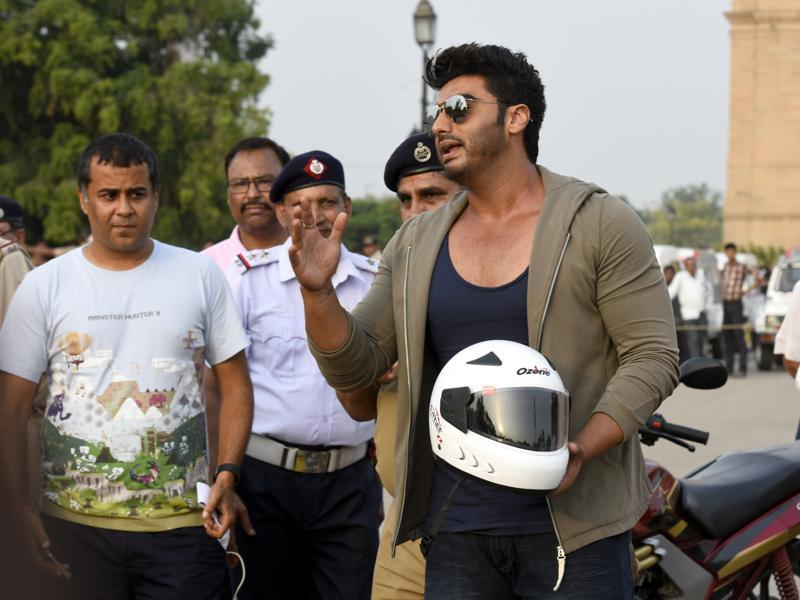 Arjun Kapoor and writer Chetan Bhagat with Delhi Police Traffic Official seen during the Road Safety Awareness Campaign at India Gate.  (Photo by Sonu Mehta/ Hindustan Times)