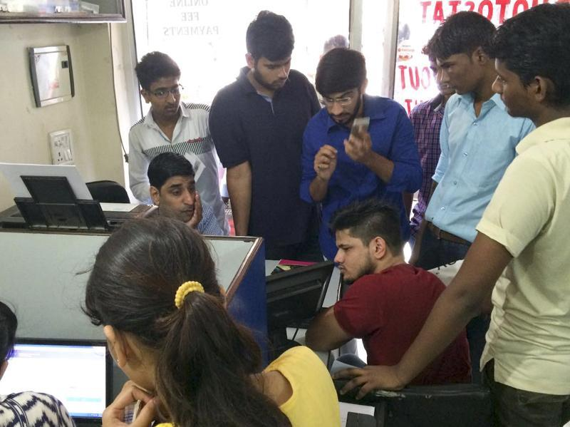 Students rush to cyber cafés but the Delhi University website is overwhelmed with applications and unable to handle the load. As a result, a few students are going to the colleges for admission. (Saumya Khandelwal / HT Photo)