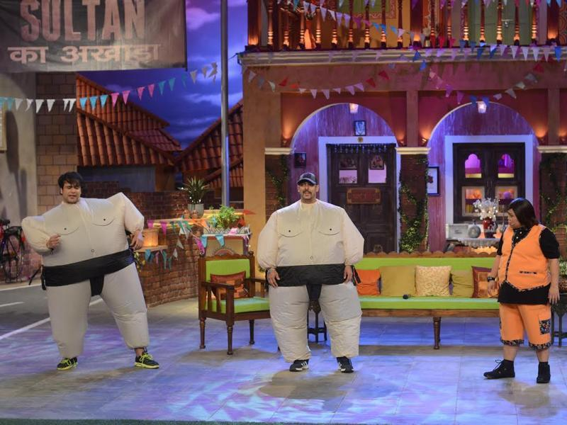 Salman Khan wore a Sumo wrestler costume and danced along with Kruhsna Abhishek on the song Jag Ghoomeya on the sets of Comedy Nights Live. The episode will be aired on Saturday. (COLORS)