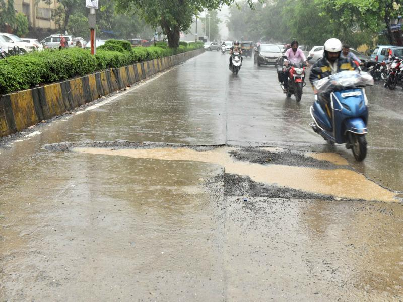 Oshiwara Link Road: The potholes ensure the ride on the arterial road, which mainly handles traffic from Juhu to Oshiwara, is bumpy.  (Vidya Subramanian/ Hindustan Times)