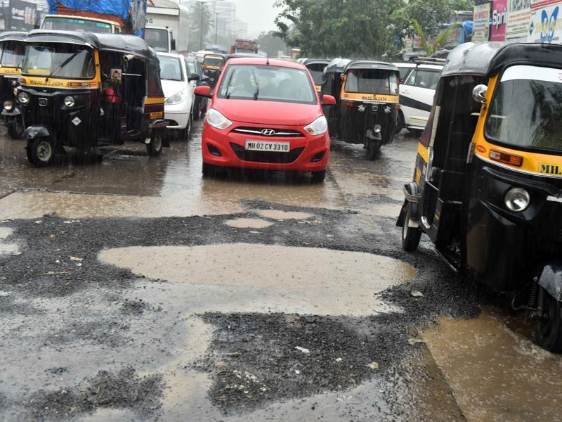 Andheri Link Road: The potholes that have surfaced in the middle of the road make travel a nightmare for motorists, especially during evening peak hours  (Vidya Subramanian/ Hindustan Times)