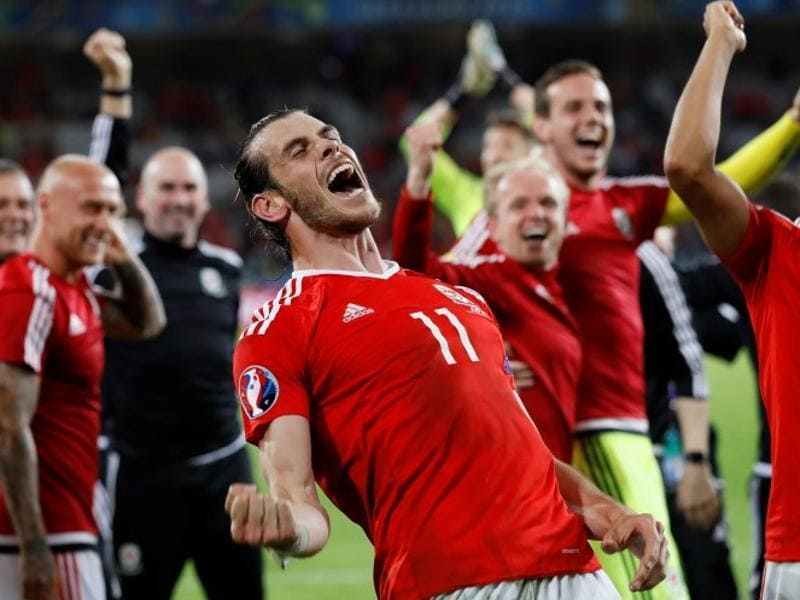 Wales' Gareth Bale and teammates celebrate at full time (Reuters Photo)