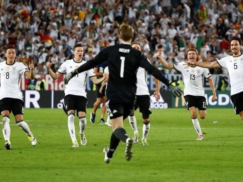 Germany's players celebrate winning the penalty shootout. (Reuters Photo)