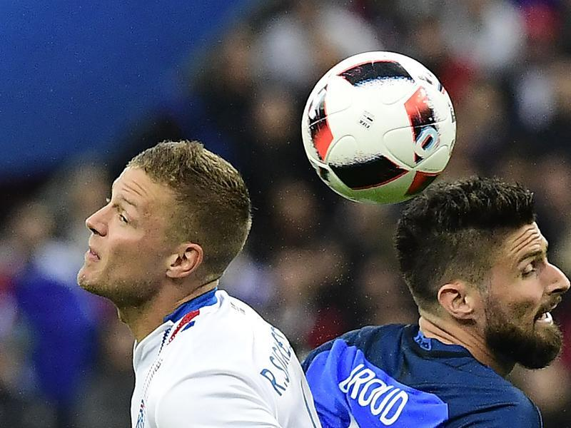 Iceland's defender Ragnar Sigurdsson (L) and France's forward Olivier Giroud vie for the ball. (AFP PHOTO)