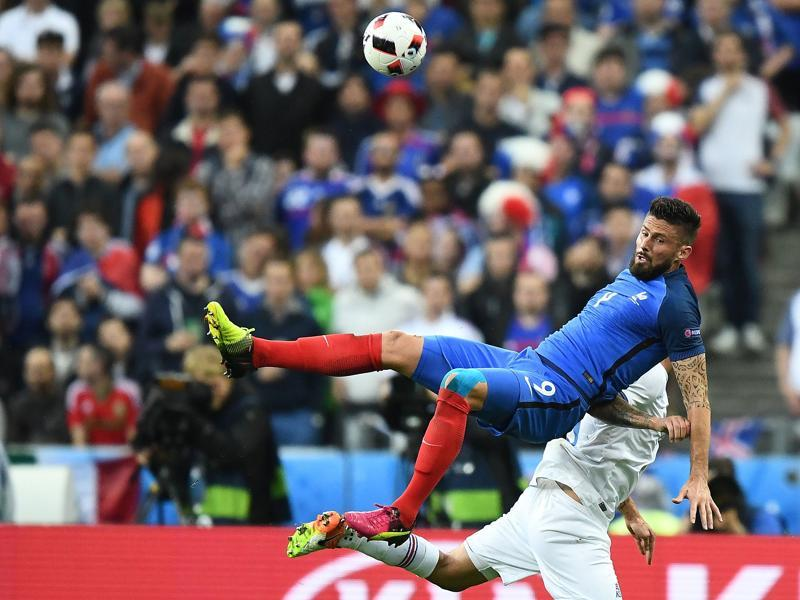 France's forward Olivier Giroud vies for the ball against Iceland's defender Ragnar Sigurdsson during the Euro 2016 quarter-final. (AFP photo)
