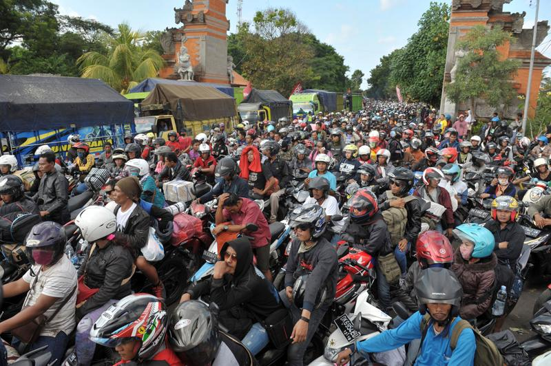 Thousands of travellers heading to their hometowns to celebrate Eid al-Fitr, the Muslim holiday to mark the end of Ramadan, wait in a traffic jam to board a ferry at the entrance to Gilimanuk port on Bali, Indonesia July 3, 2016. (REUTERS)