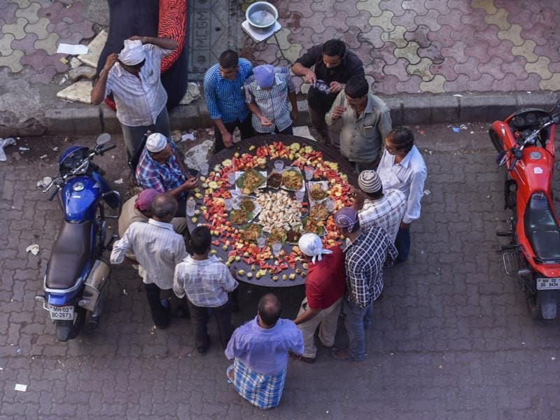 People gather by the side of a Bandra road for a Ramazan feast.  (Kunal Patil/HT)
