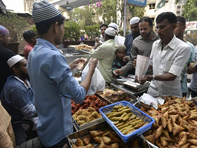 A vendor sells snacks to those waiting to break their fast during Ramazan, at Bandra, Mumbai.  (Kunal Patil/HT)