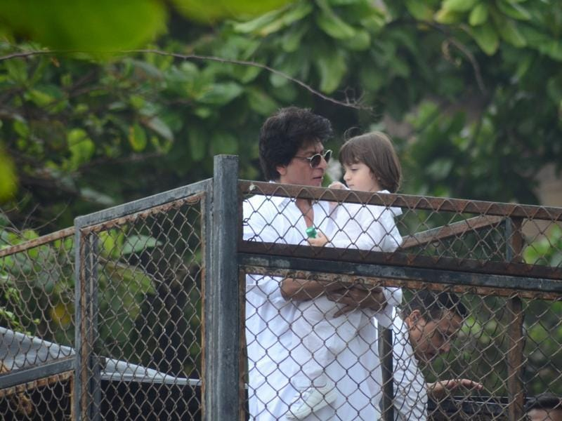 Guess SRK's telling AbRam: Time to go back inside. (Viral Bhayani)