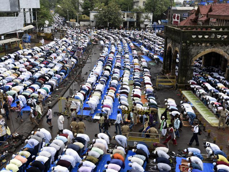 Muslims offer Eid al-Fitr prayers outside Bandra Station in Mumbai. (Kunal Patil/HT Photo)