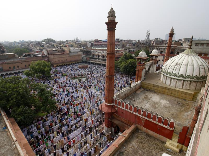 Muslims offer prayers to mark the festival of Eid al-Fitr, the end of the fasting month of Ramzan at Fatehpuri Masjid. (Sanchit Khanna/HT Photo)