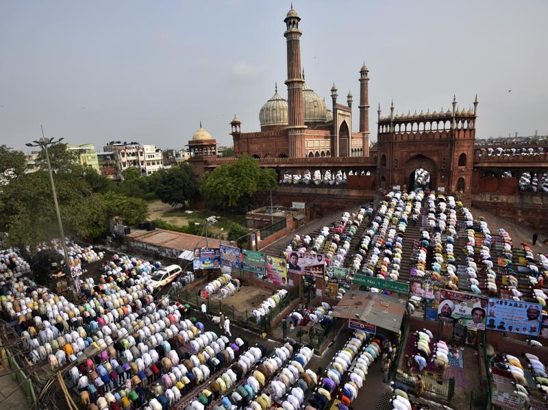 Muslims offer prayers for Eid al-Fitr, marking the end of the holy month of Ramadan at  Delhi's Jama Masjid. (Ravi Choudhary/HT Photo)