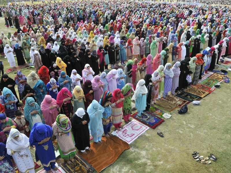 Kashmiri women offer prayers on the occasion of Eid-al-Fitr at Eidgah. The celebrations marked the end of the Muslim holy month of Ramadan.  (Waseem Andrabi/HT Photo)
