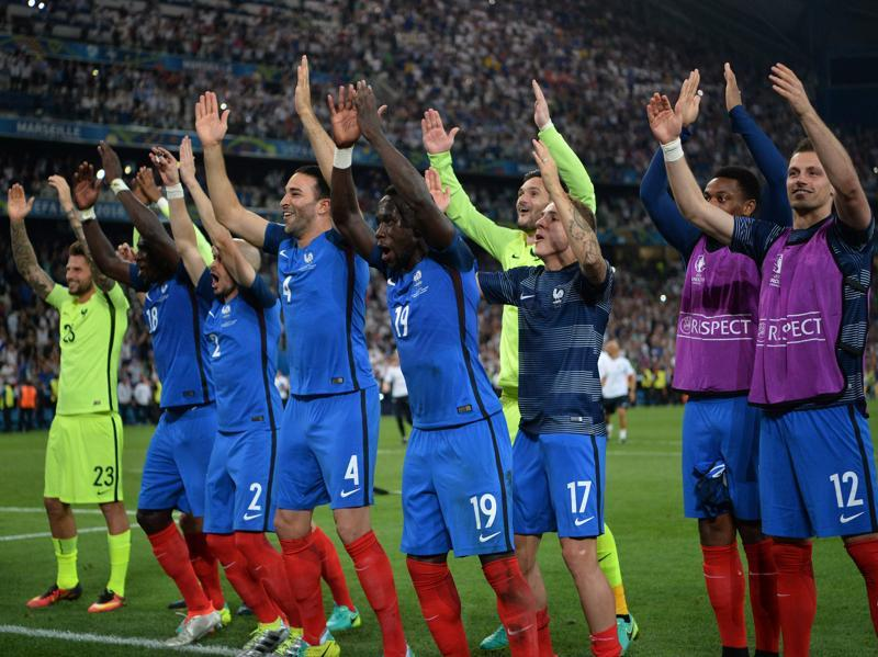 France's players gesture as they acknowledge supporters after winning the Euro 2016 semifinal football match against Germany. (AFP Photo)