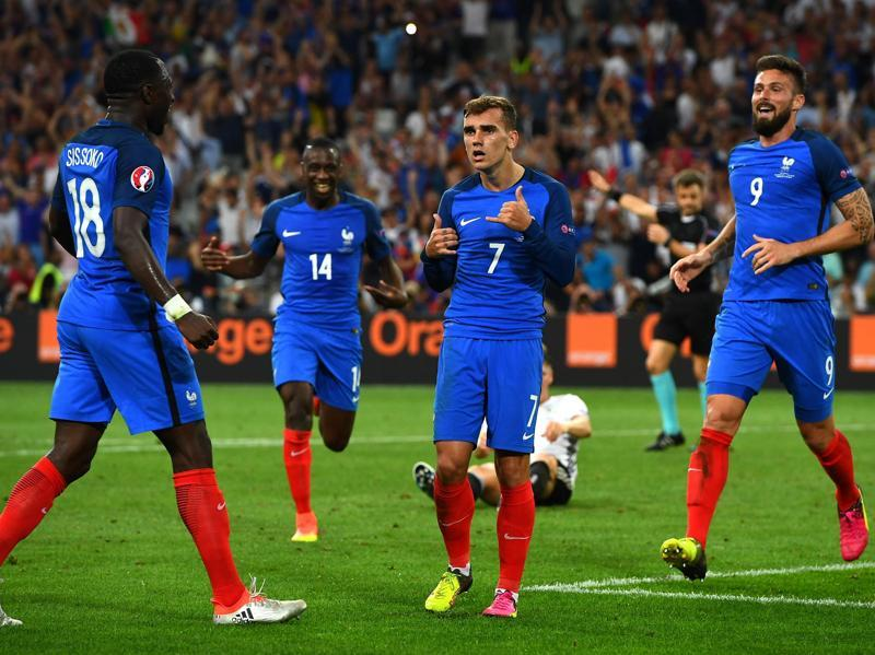 France's Moussa Sissoko (left), Blaise Matuidi (second left) and Olivier Giroud (right) celebrate after France's forward Antoine Griezmann ( second right) scored the second goal for France during the Euro 2016 semifinal football match against Germany. (AFP Photo)