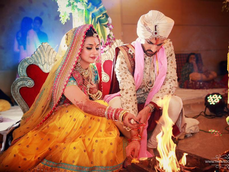 Divyanka and Vivek perform the wedding rituals on Friday. (Facebook/TheWeddingStory)
