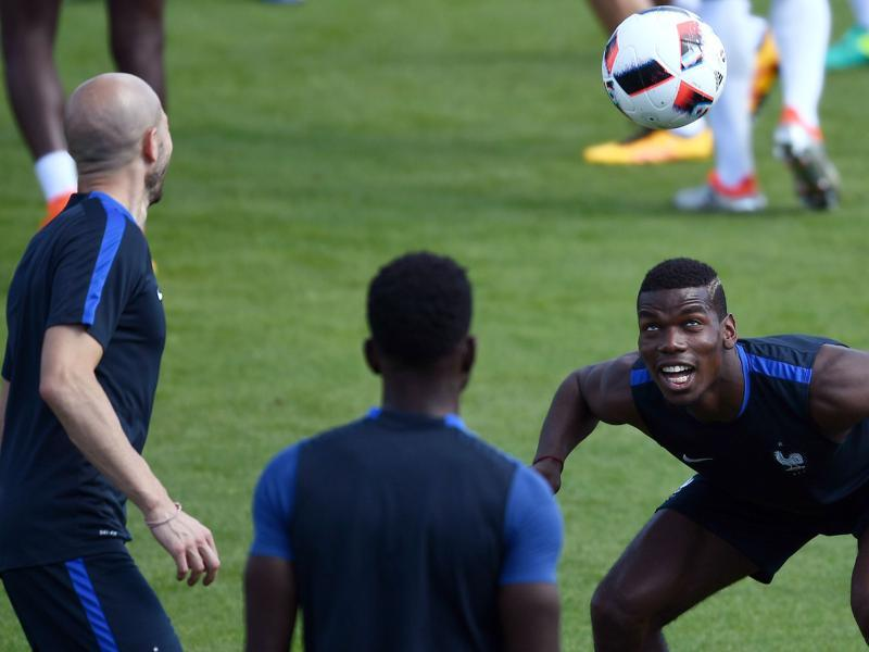 France's midfielder Paul Pogba (R) plays the ball during a training session. (AFP PHOTO)