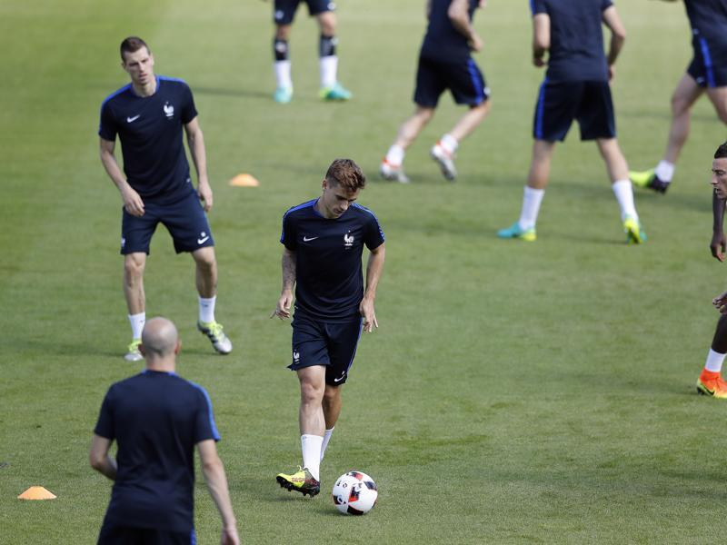 France's Antoine Griezmann kicks the ball during a training session and looks the part as the burdened star player. (AP photo)