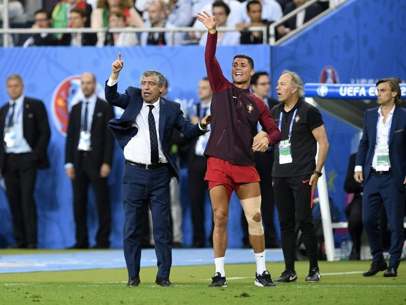 Portugal's coach Fernando Santos (L) and Portugal's forward Cristiano Ronaldo react during the last minutes of the Euro 2016 final. (AFP Photo)