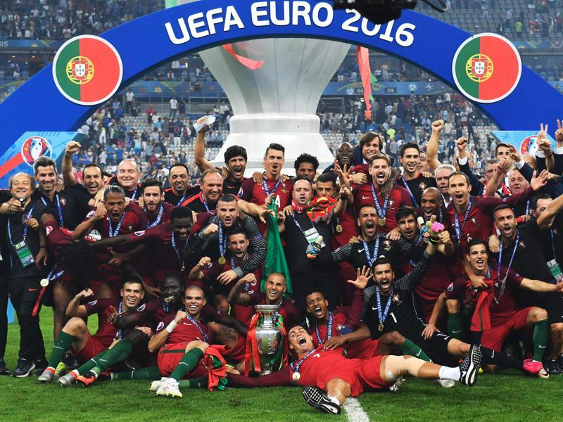 Portugal's players pose with the trophy after they beat France during the Euro 2016 final football match at the Stade de France in Saint-Denis, north of Paris. (AFP Photo)