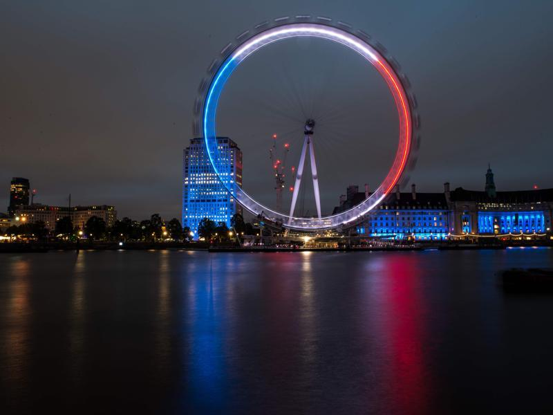 The London Eye is illuminated in blue, white and red lights, as Britons express their solidarity following the deadly attack in the southern French city of Nice. (AFP Photo)