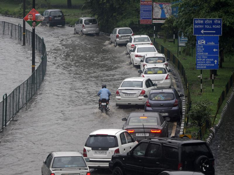 Heavy rainfall lashed National capital region, which caused heavy water logging and long traffic jams in the city. (Burhaan Kinu/HT Photo)