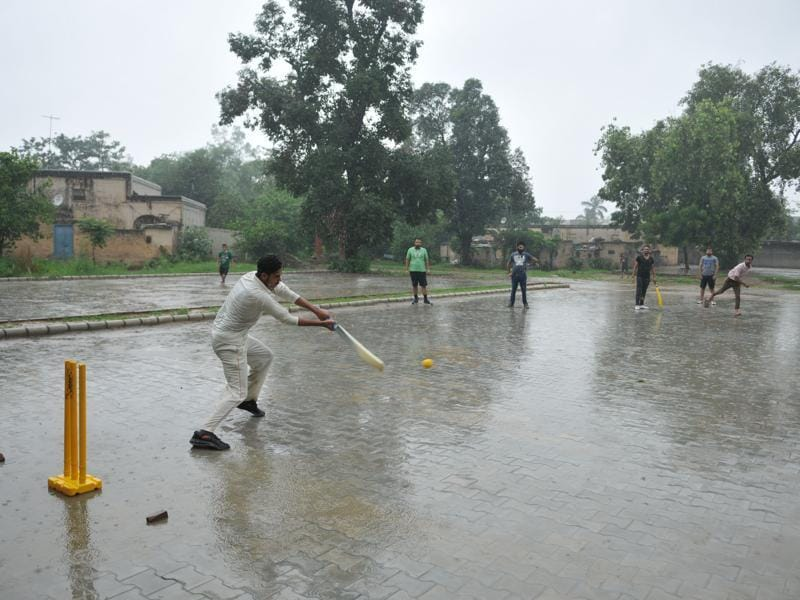Cool cricket: Youth making the most of the cool weather near DAV College in Jalandhar  on Sunday.   (Pardeep Pandit/HT Photo)