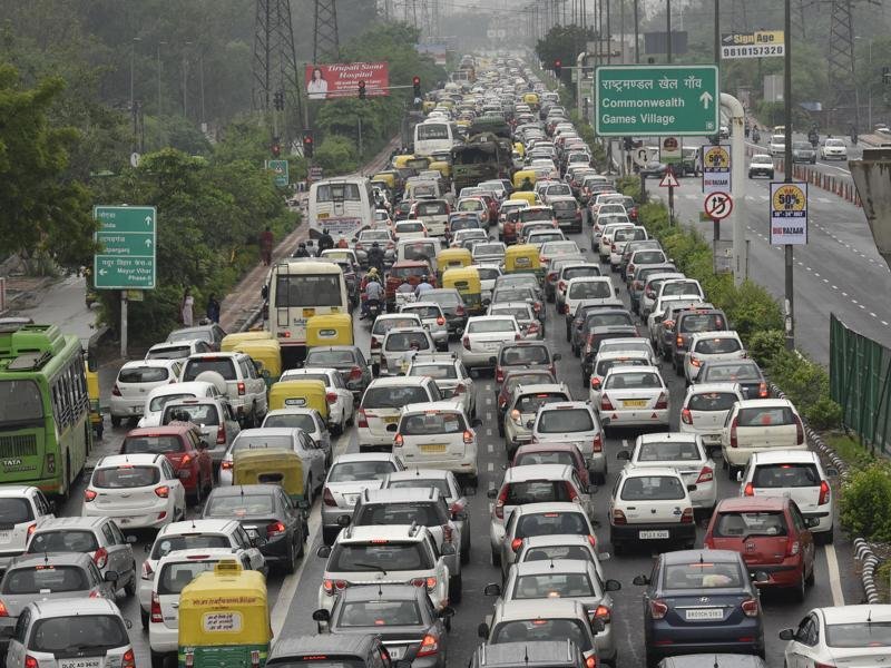 Traffic was moving at a snail's pace on NH-24 near Mayur Vihar. (Ravi Choudhary/HT Photo)