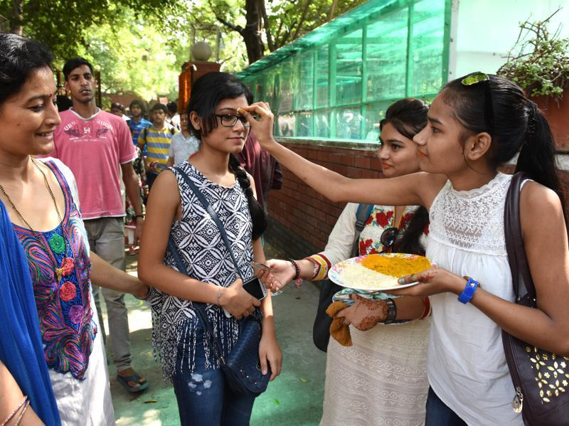 Freshers being welcomed by the seniors to the college for the new academic session after the summer break at Ramjas College in New Delhi. (Sushil Kumar/HT Photo)