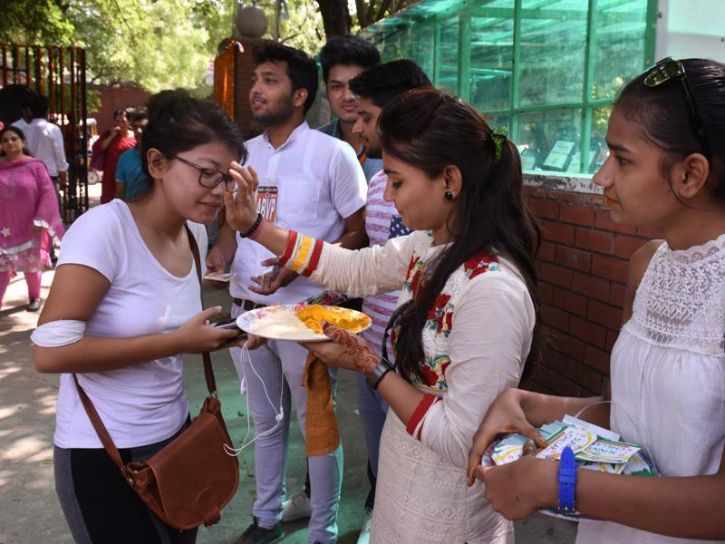 Freshers being welcomed by the seniors to the college for the new academic session after the summer break at Ramjas College. (Sushil Kumar/HT Photo)