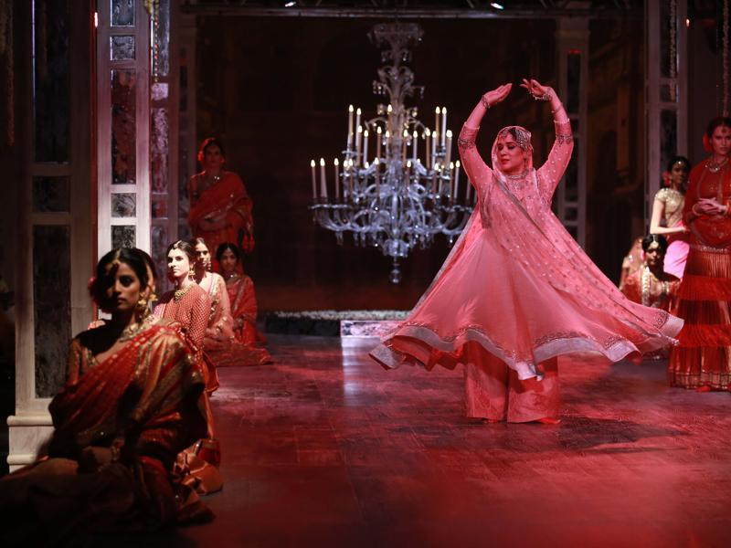 Kathak dancer Manjari Chaturvedi's performance was interspersed with models starting the show with crystal-encrusted lehengas and drapes in dewy pastels, along with ombre play.  (Amal KS/ HT Photo)