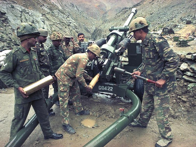 Army men prepare ammo at a gun post near Kharbu during the 1999 Kargil war. The war broke out when Pakistani aggressors occupied some strategic peaks in the Kargil, Dras and Batalik sectors in Kashmir after Indian Army vacated them in the winter months. (Pradeep Bhatia/HT file photo)