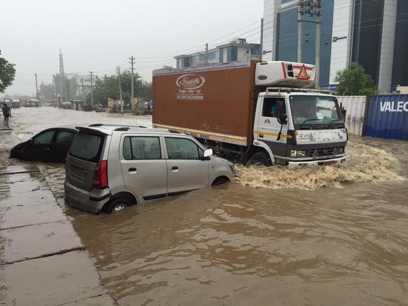 On Friday morning, the condition was  worse. The water was above the tailpipe of most cars, almost couple of feet deep on most Gurgaon roads. (Abhinav Saha/Parveen Kumar / HT PHoto)