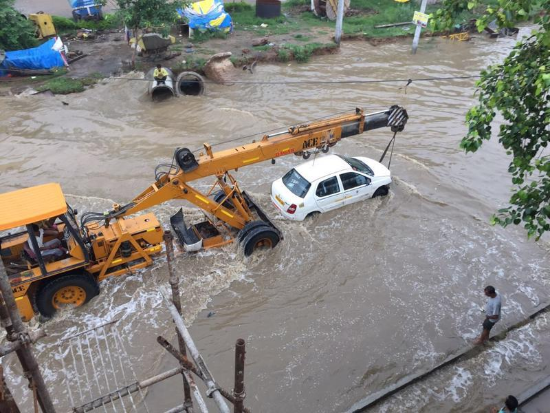 Many cars failing due to waterlogged mechanisms, had to be towed with the help of cranes. This further added to the chaos.