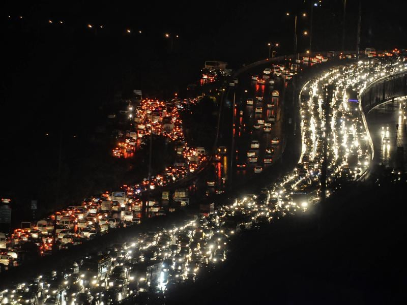Heavy rains, Kanwar yatra and bad drainage mechanism brought Gurgaon to a stop. A long traffic jam on the Delhi-Gurgaon expressway and along the inner arteries paralysed the city since Thursday evening. (Parveen Kumar/HT Photo)