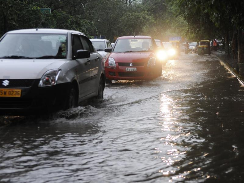 What Gurgaon saw next was chaos all over.. which stretched over kilometers and lasted for hours together. People were stranded for seven to eight hours on the roads, water logged Gurgaon roads. (Abhinav Saha/HT Photo )