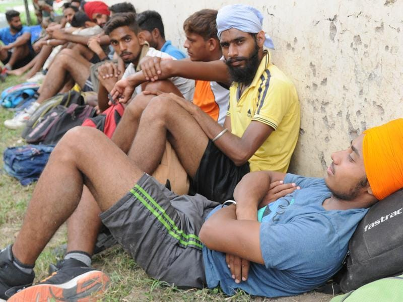 Candidates wait for their turn at an army recruitment rally in the Patiala cantonment area on Monday, August 1, 2016. (Bharat Bhushan/HT Photo)