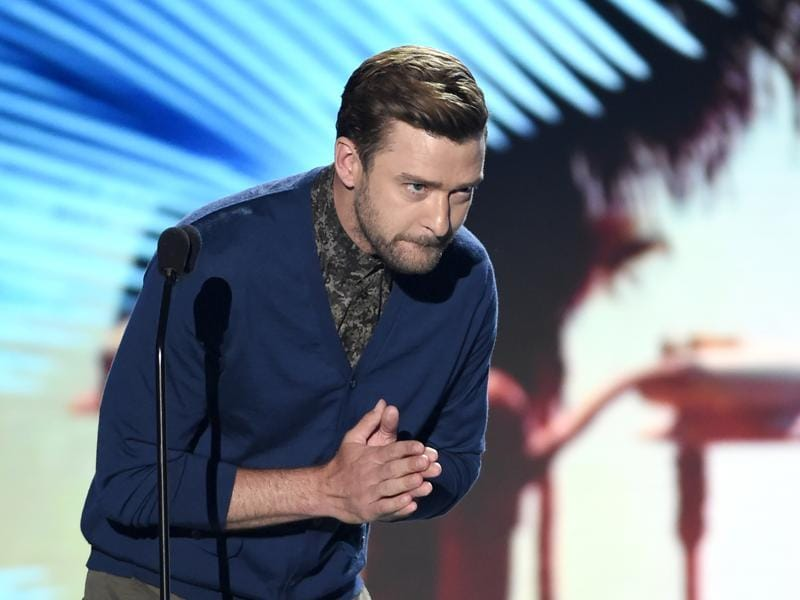 Justin Timberlake bows to the audience as he accepts the decade award at the Teen Choice Awards at the Forum. (Chris Pizzello/Invision/AP)