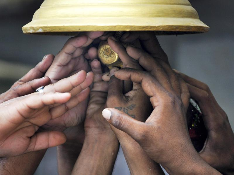 Devotees offer prayers at a temple in Noida. (Sunil Ghosh / HT Photo)